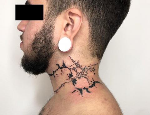 Tatuaż na szyi męski wzór