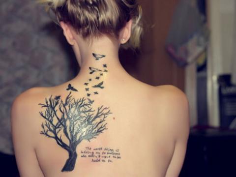 Tatuaż Napis Na Plecach Pomysły I Wzory Tatuaży Dla Kobiet