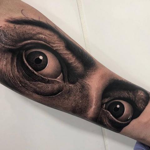 Tatuaż oczy na ręcę