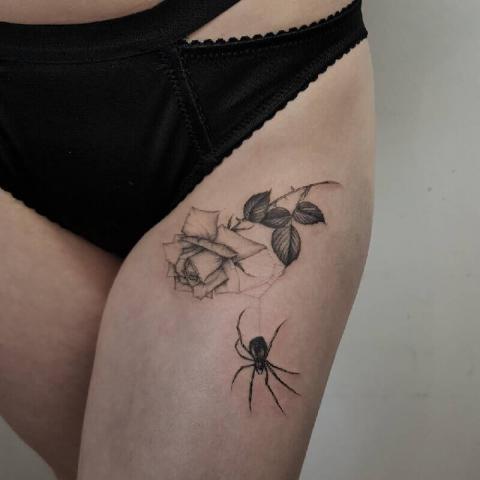 Tatuaż pająk i róża
