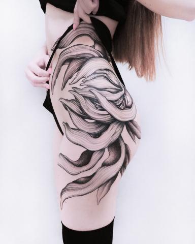 Tatuaż pośladek udo biodro damski wzór