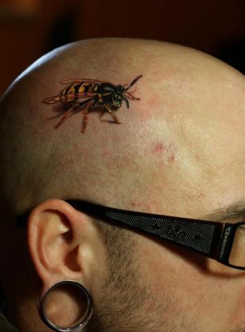 Tatuaż pszczoła na głowie