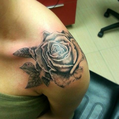 Tatuaż Róża Bark Pomysły I Wzory Tatuaży Dla Kobiet Mężczyzn