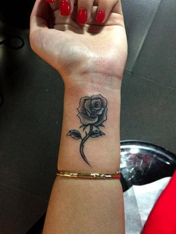 Tatuaz Roza Nadgarstek Pomysły I Wzory Tatuaży Dla Kobiet