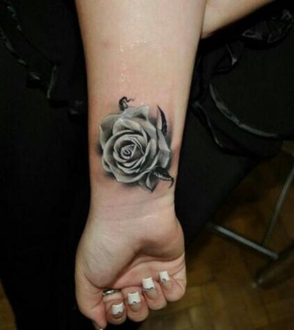 Tatuaz Roza Przedramie Pomysły I Wzory Tatuaży Dla Kobiet