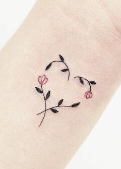 Tatuaż serce z kwiatków