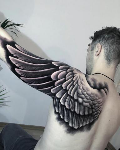 Tatuaż skrzydło na ramieniu