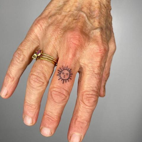 Tatuaż słoneczko na palcu