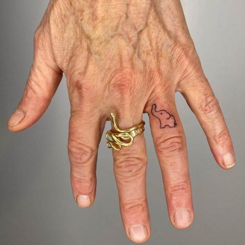 Tatuaż słonik na palcu