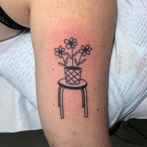 Tatuaż stolik z kwiatkami