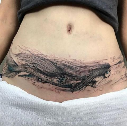Tatuaż syrena po cesarskim cięciu