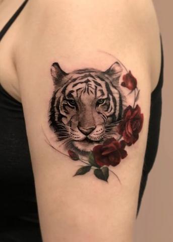 Tatuaż tygrys i róże