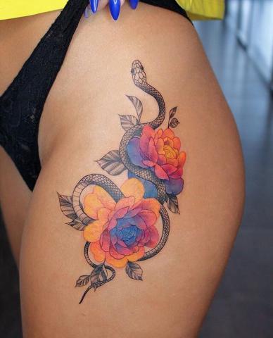 Tatuaż wąż i kolorowe kwiaty dla kobiety