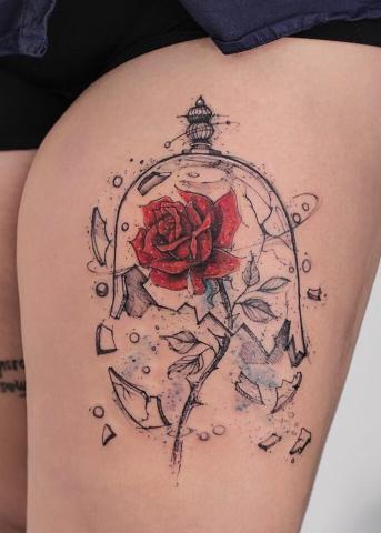 Tatuaże damskie  róża na udzie