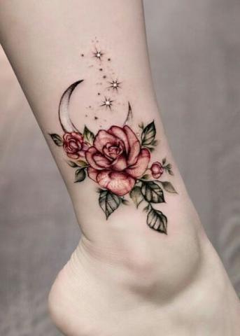 Tatuaże kwiaty na kostce