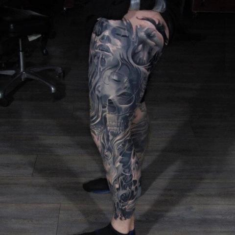 Tatuaże na całej nodze męskie
