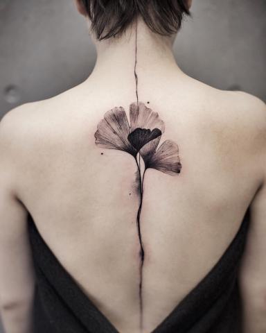 Tatuaże na długości kręgosłupa