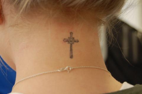 Tatuaże Na Karku Krzyż Pomysły I Wzory Tatuaży Dla Kobiet