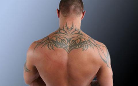 Tatua e na karku m skie pomys y i wzory tatua y dla for Back neck tattoos for guys