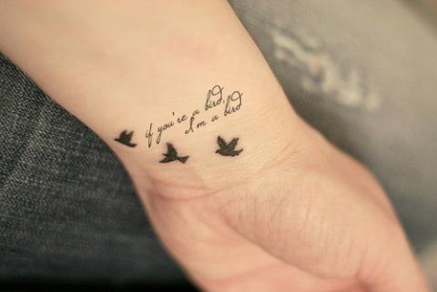 Tatuaże Na Nadgarstku Napisy Pomysły I Wzory Tatuaży Dla Kobiet