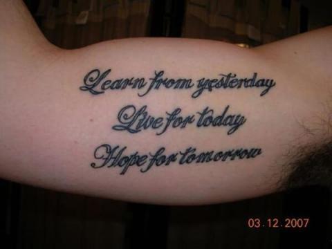 tatuaże napisy męskie biceps