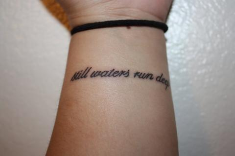Tatuaże Napisy Na Nadgarstku Pomysły I Wzory Tatuaży Dla