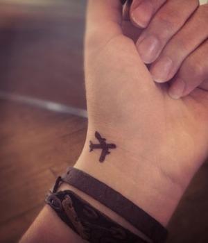 Tatuaże Samolot Na Nagdarstku Pomysły I Wzory Tatuaży Dla Kobiet
