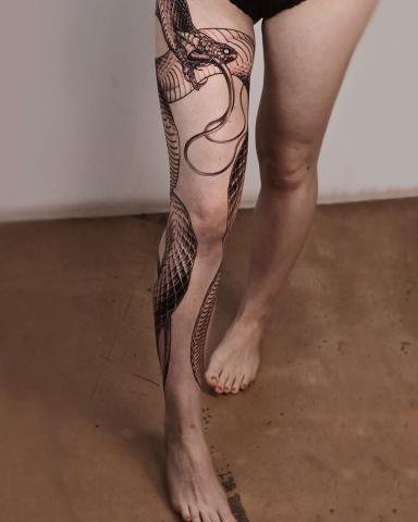 Wąż tatuaż damski na całej nodze