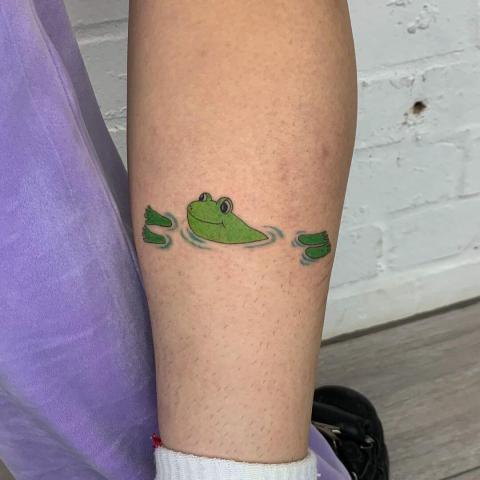 Żaba w wodzie tatuaż