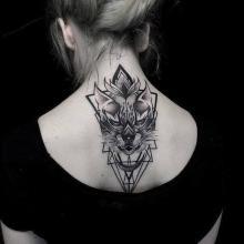 Damski tatuaż plecy kark szyja