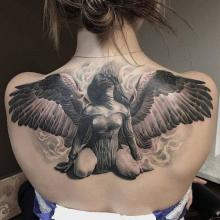 Kobieta anioł tatuaż na plecach