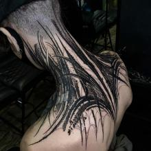Męski tatuaż na karku