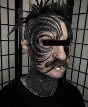Męskie tatuaże na twarzy