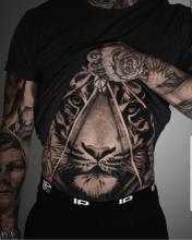 Mężczyzna z tatuażem lwa