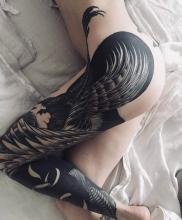 Piękny damski tatuaż na całą nogę