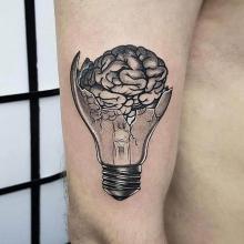 Tatuaż mózg i żarówka