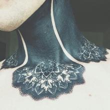 Tatuaż na całej szyi