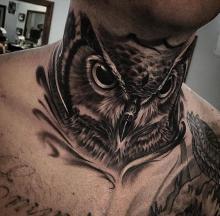 Tatuaż sowa na szyi