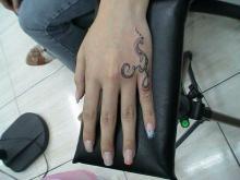 tatuaże damskie na dłoni