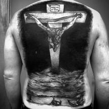 Duży krzyż na plecach tatuaż