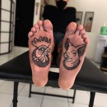 Kogut i świnia tatuaże na stopach