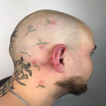 Tatuaże kwiatki na głowie