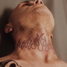 Tatuaż płomienie na szyi
