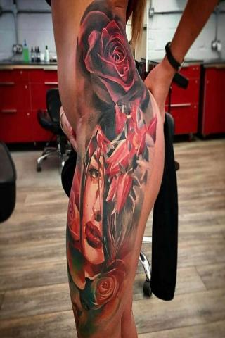Biodro u kobiety tatuaż