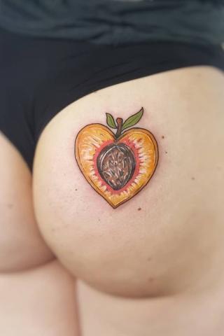 Brzoskwinia tatuaż na pośladku