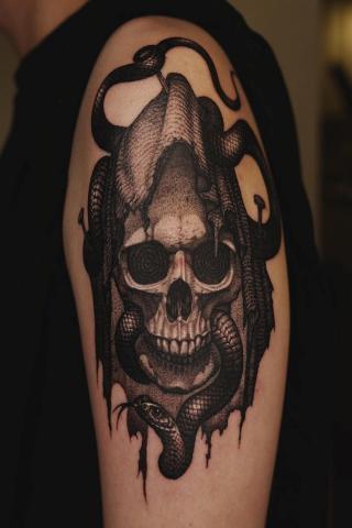 Czaszka i wąż tatuaż
