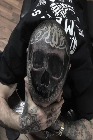 Czaszka na głowie tatuaż