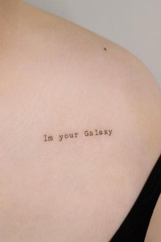 Damski tatuaż mały napis