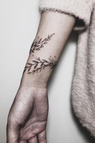 Damski tatuaż owijka na ręce