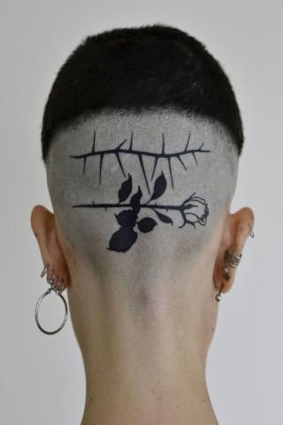 Damskie tatuaże na głowie
